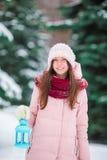 vinter för hög key makeup för konstskönhetmode perfekt Hållande jullykta för kvinna utomhus på härlig vintersnödag Fotografering för Bildbyråer