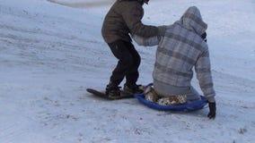 Vinter för kullepojkeskridsko stock video