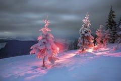 vinter för saga för snow för härlig skog röd s för stuga finlandssvensk Arkivbild