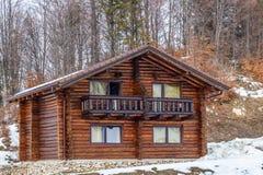 vinter för tid för stugabergsnow trävit Royaltyfria Bilder