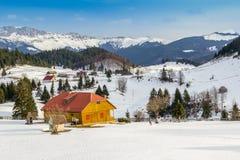 vinter för tid för stugabergsnow trävit Royaltyfri Foto