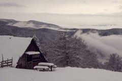 vinter för tid för stugabergsnow trävit Arkivfoto