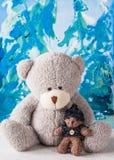 Vinter flickan för gröngölingar för ballongbjörnpojken ger två Royaltyfri Foto