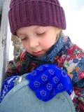 vinter för flickabrevlådaöppning Arkivfoton