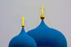 Vinter Härliga ortodoxa kyrkor i Ryssland, med ljusa blåa kupoler Royaltyfri Fotografi