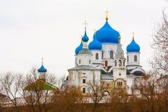 Vinter Härliga ortodoxa kyrkor i Ryssland, med ljusa blåa kupoler Arkivfoto