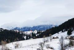 Vinter Härligt landskap Blå dramatisk himmel Arkivfoton