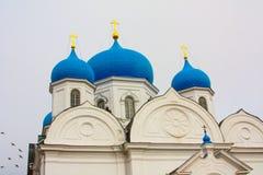 Vinter Härliga ortodoxa kyrkor i Ryssland, med ljusa blåa kupoler Fotografering för Bildbyråer