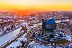 Vinter i den Minsk staden Byggnad av det nationella arkivet royaltyfri bild