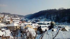 Vinter i liten by arkivfoton
