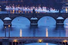 Vinter i Prague - broar på den Vltava floden Arkivfoton