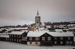Vinter i Roros, original- bryta stad Snö täckte tak av gammalt royaltyfri foto