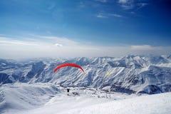 Vinter i större Kaukasus berg gudaurisemesterorten skidar arkivbilder
