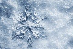 Vinter julbakgrund. Snöflinga på snö fotografering för bildbyråer