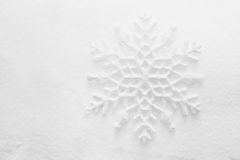 Vinter julbakgrund. Snöflinga på snö Arkivbild