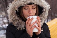 Vinter, kvinna och varm dryck Arkivbild