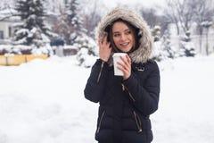 Vinter, kvinna och varm dryck Royaltyfri Foto