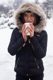 Vinter, kvinna och varm dryck Arkivbilder
