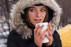 Vinter, kvinna och varm dryck Royaltyfri Fotografi
