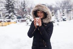 Vinter, kvinna och varm dryck Royaltyfria Bilder