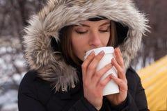 Vinter, kvinna och varm dryck Arkivfoton