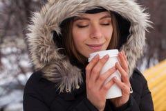 Vinter, kvinna och varm dryck Royaltyfria Foton