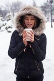 Vinter, kvinna och varm dryck Arkivfoto