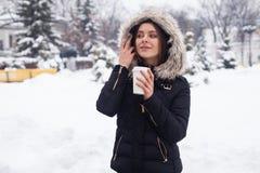 Vinter, kvinna och varm dryck Royaltyfri Bild