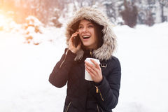 Vinter, kvinna och varmt kaffe Arkivfoto