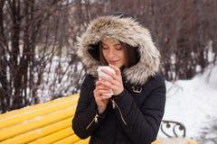 Vinter, kvinna och varmt kaffe Royaltyfri Bild