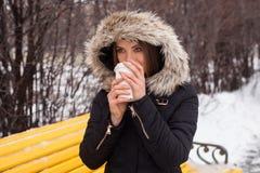 Vinter, kvinna och varmt kaffe Royaltyfria Foton