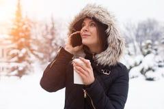 Vinter, kvinna och varmt kaffe Royaltyfri Foto