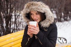 Vinter, kvinna och varmt kaffe Arkivbilder