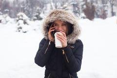 Vinter, kvinna och varmt kaffe Arkivbild