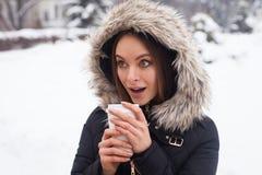 Vinter, kvinna och varmt kaffe Royaltyfria Bilder