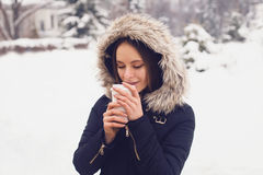 Vinter, kvinna och varmt kaffe Arkivfoton