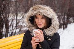 Vinter, kvinna och varmt kaffe Fotografering för Bildbyråer