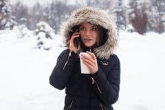 Vinter, kvinna och varmt kaffe Royaltyfri Fotografi