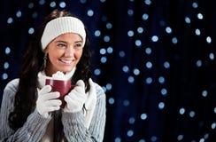 Vinter: Kvinna som dricker varm kakao Fotografering för Bildbyråer