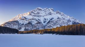 Vinter landskap fryst sjö Rocky Mountains Banff National Park Alberta Canada arkivbild