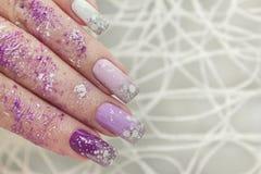 Vinter mång--färgad lila pastellfärgad manikyr royaltyfria bilder