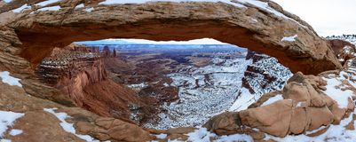 Vinter Mesa Arch i den Canyonlands nationalparken Royaltyfria Bilder