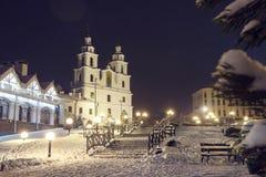 Vinter Minsk på natten Berömd domkyrka för ortodox kyrka av Minsk, Vitryssland Julnatt i Minsk nytt år för bakgrund royaltyfri bild