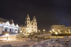Vinter Minsk på natten Domkyrka av den heliga anden - huvudsaklig ortodox kyrka av Minsk Minsk, Vitryssland royaltyfri fotografi