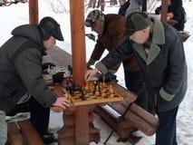 Vinter 2016, Moskva, Ryssland Äldre folk som spelar schack utomhus Arkivbilder