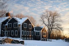 Vinter: New England lantbrukarhem i snö Arkivbilder