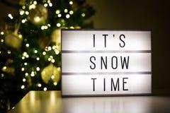 Vinter och första snöbegrepp - lihtbox med text det snötid för ` s Arkivbilder