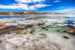 Vinter på den djupfrysta sjön Arkivfoto