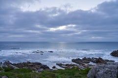 Vinter på en stenig kustlinje arkivfoton
