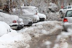 Vinter Is på vägar Tungt snöfall i staden, snöig iskalla vägar, snöig trottoarer, brutna brutna filialer, uncleaned gator Royaltyfri Fotografi